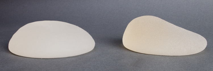 Круглый имплант (слева) и анатомический имплант (справа)